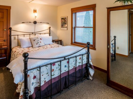 Queen Rooms, The Heron Inn & Day Spa
